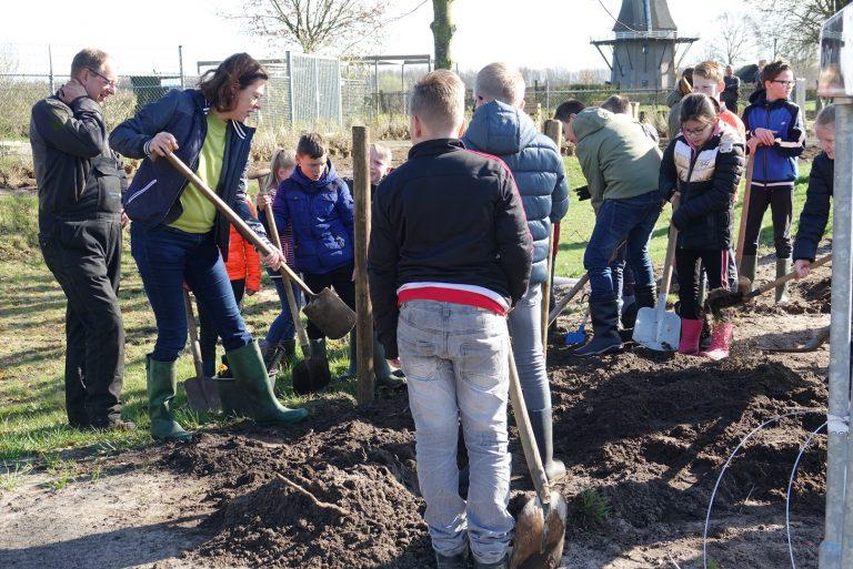 Kinderen CNS Balkbrug en wethouder Gitta Luiten planten bomen.