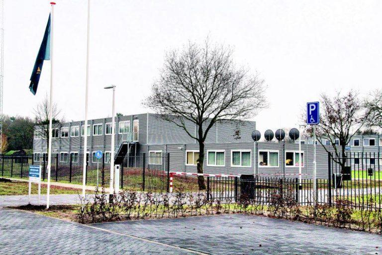 Vluchtelingen in afwachting van start asielprocedure in AZC Hardenberg
