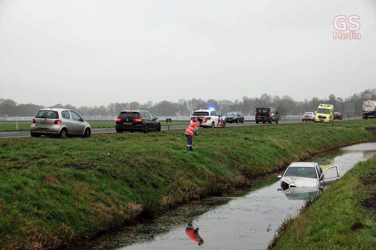 Auto belandt in het water