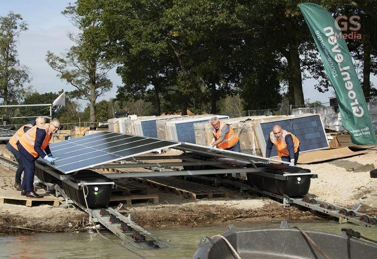 Symbolische eerste bootje drijvend zonnepark op zandwinplas Kloosterhaar te water gelaten