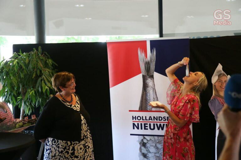 Eerste vaatje Hollandse Nieuwe overhandigd aan GGD